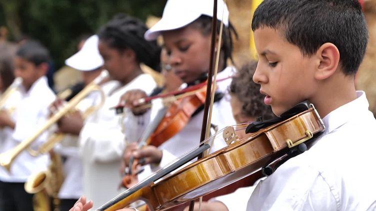 L'ensemble composé de quinze jeunes musiciens de Bondy. (FRANCEINFO)