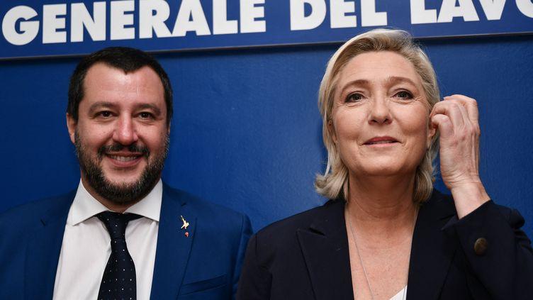 L'ancien ministre de l'Intérieur italien Matteo Salvini et la présidente du Rassemblement national Marine Le Pen, le 8 octobre 2018 à Rome (Italie). (ALBERTO PIZZOLI / AFP)