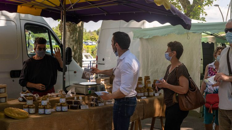 Le candidat RN aux régionales en Bourgogne-Franche-Comté, Julien Odoul, sur un marché de Montceau-les-Mines (Saône-et-Loire), le 12 juin 2021. (FLORIAN JANNOT-CAEILLETE / HANS LUCAS / AFP)