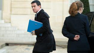 Manuel Valls dans la cour del'Elysée, le vendredi 22 janvier, à Paris. (MAXPPP)