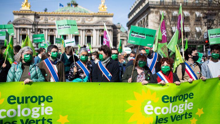 Des élus écologistes derrière une banderole d'Europe Ecologie Les Verts, lors d'une manifestation à Paris le 28 mars 2021. (RAPHAEL KESSLER / HANS LUCAS / VIA AFP)