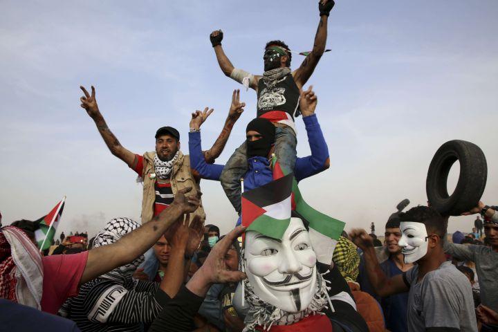 """Des Gazaouis manifestent lors de la """"marche du retour"""" à la frontière avec Israël, le 5 avril 2018.  (ADEL HANA/AP)"""