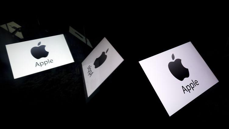 Des logos Apple sur des écrans. (LIONEL BONAVENTURE / AFP)