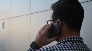 Un homme au téléphone. (JEAN-CHRISTOPHE BOURDILLAT / FRANCE-INFO)