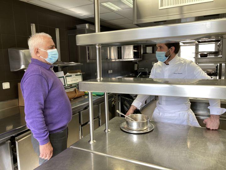 """Guy Savoy dans ses cuisines avec le chef Alexis Voisenet, co-auteur de """"Soupes de printemps"""", éditions Herscher, mars 2021 (Laurence Houot / franceinfo Culture)"""