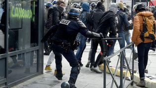 Des policiers et des manifestants contre la loi Travail s'affrontent à Rennes (Ille-et-Vilaine), le 28 avril 2016. (DAMIEN MEYER / AFP)