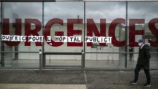 Un homme passe devant l'entrée de l'hôpital Purpan, à Toulouse, le 11 mai 2020. (LIONEL BONAVENTURE / AFP)