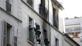 Des pompiers interviennent sur un incendie meurtrier dans le 18e arrondissement de Paris, le 2 septembre 2015. (KENZO TRIBOUILLARD / AFP)