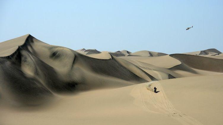 Une moto dans les dunes (FRANCK FIFE / AFP)