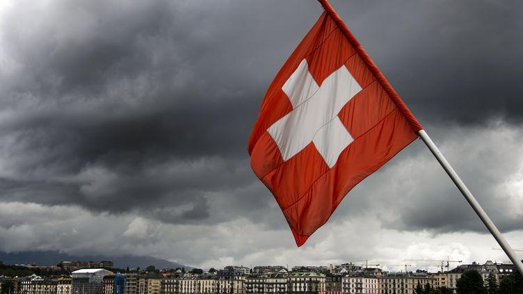 Un drapeau helvète flotte sur les bords du Lac Léman, à Genève (Suisse), le 14 juin 2013. (FABRICE COFFRINI / AFP)