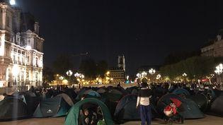 Une centaine de familles de migrants ont installé leurs tentes dans la nuit du 31 août au 1er septembre 2020,sur le parvis del'Hôtel de ville de Paris. (UTOPIA 56)