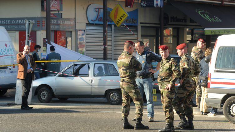 Les deux militaires tués à Montauban (Tarn-et-Garonne) jeudi 15 mars 2012 ont été pris pour cible alors qu'ils retiraient de l'argent non loin de leur caserne. (ERIC CABANIS / AFP)