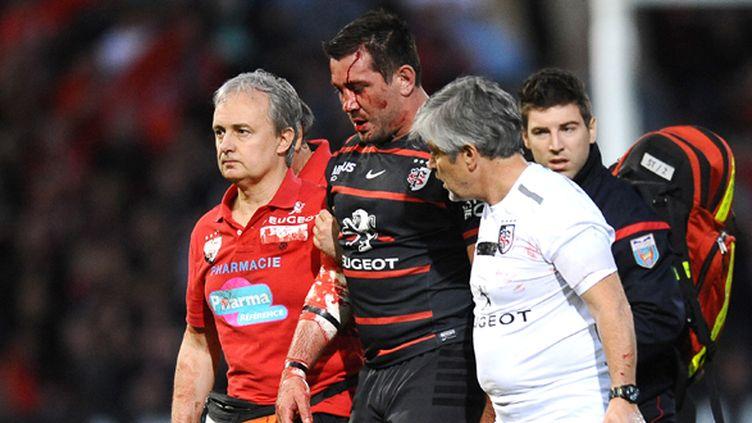 Florian Fritz sort en sang de la pelouse d'Ernest-Wallon