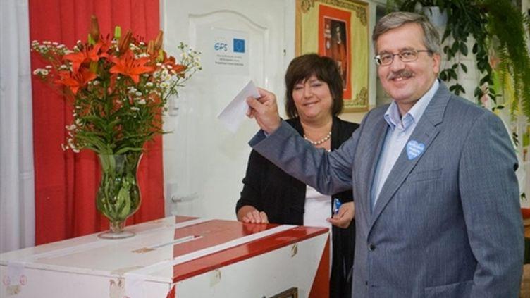Le nouveau président polonais, le libéral Bronislaw Komorowski, déposant son bulletin de vote le 4 juillet 2010 (AFP - Wojtek Radwanski)