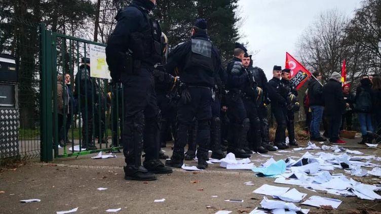 Des CRS déployés devant l'entrée du lycée. (NINA VALETTE / RADIO FRANCE)