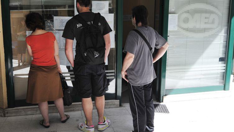 Devant une agence pour l'emploi en Grèce, le 22 mai 2012. (LOUISA GOULIAMAKI / AFP)