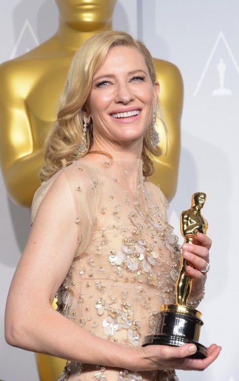 """Cate Blanchett et son Oscar pour """"Blue Jasmine"""" à la 86e cérémonie de l'Académie (2/03/2014)  (JOE KLAMAR / AFP)"""