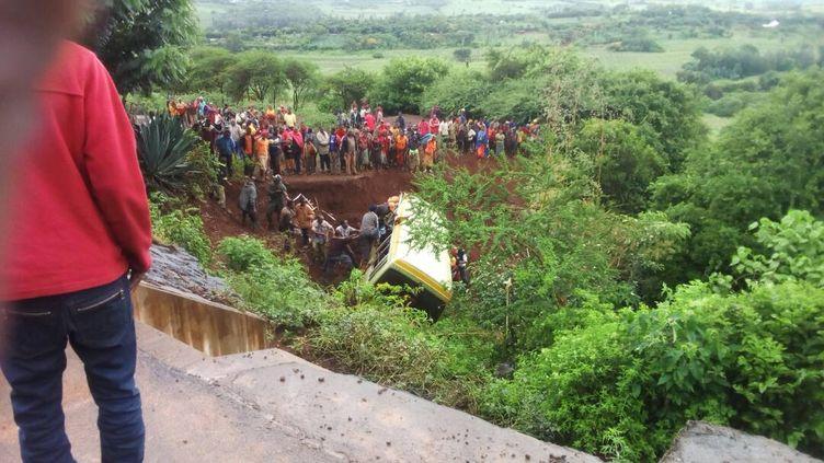 Des personnes tentent de porter secours aux passagers d'un car scolaire accidentéprès de la rivière Marera, en Tanzanie, le 6 mai 2017. (MAXPPP)
