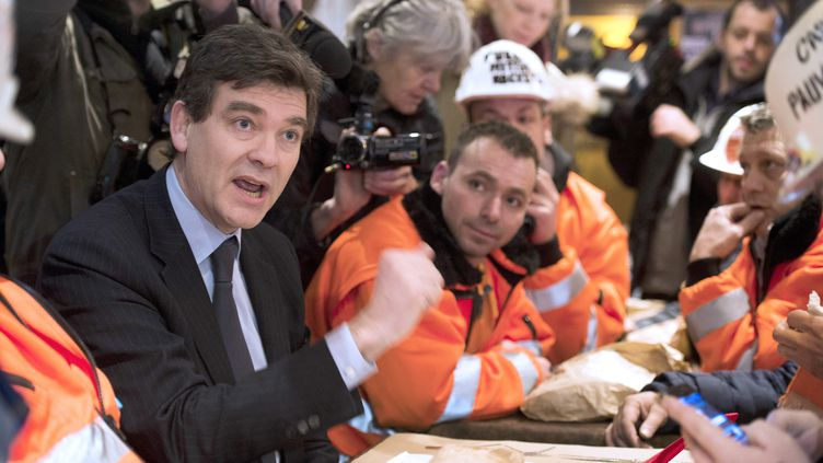 Le ministre du Redressement productif Arnaud Montebourg, le 30 novembre 2012 avec les salariés d'ArcelorMittal à Florange (Moselle). (FRED DUFOUR / AFP)