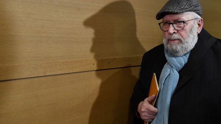 L'ancien prêtre Bernard Preynat sort du tribunal à la fin de son procès à Lyon (Rhône), le 17 janvier 2020. (PHILIPPE DESMAZES / AFP)