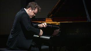Benjamin Grosvenor au piano sur la scène du festival de La Roque-d'Anthéron. (VALENTINE CHAUVIN)