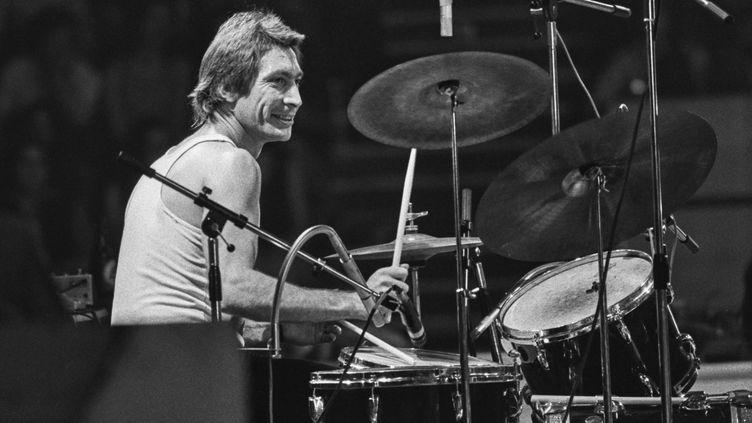 Le batteur anglais Charlie Watts des Rolling Stones sur scène à Wembley, Londres (Royaume-Uni), le 7 septembre 1973. (EVENING STANDARD / HULTON ARCHIVE / GETTY)