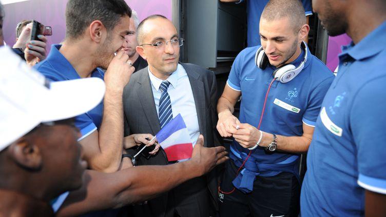 Les joueurs français Hatem Ben Arfa et Karim Benzema signent des autographes à leur arrivée en Ukraine à Donetsk le 6 juin 2012 (FRANCK FIFE / AFP)