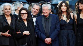 Claude Lelouch arrive sur le tapis rouge aux côtés des actrice Anouk Aimée, Monica Bellucci et Marianne Denicourt. (CHRISTOPHE SIMON / AFP)
