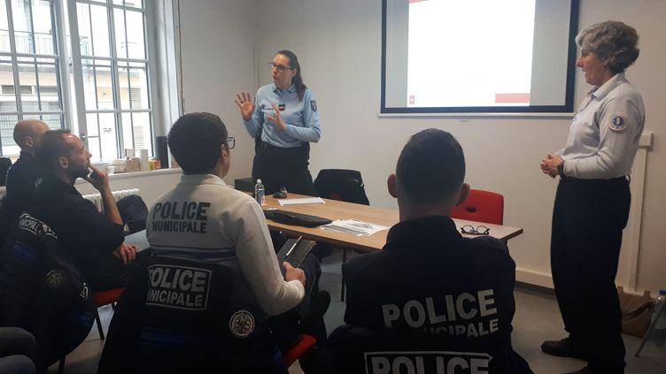 Une formation de policiers municipaux à la bonne prise en charge des victimes de violences conjugales, dans les Yvelines. (GAELE JOLY / RADIO FRANCE)