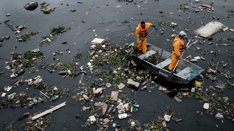 (A Rio, les organisateurs des JO tentent de nettoyer la baie de Guanabara, toujours polluée à quelques jours des Jeux © AFP / YASUYOSHI CHIBA)