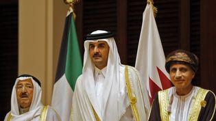 De gauche à droite : l'émir du Koweït Sabah al-Ahmad al-Jaber al-Sabah, l'émir du Qatar Sheikh Tamim bin Hamad al-Thani et le ministre des Affaires Étrangère dYusuf bin Alawi au Conseil de coopération du Golfe, en décembre 2016. (STRINGER / AFP)