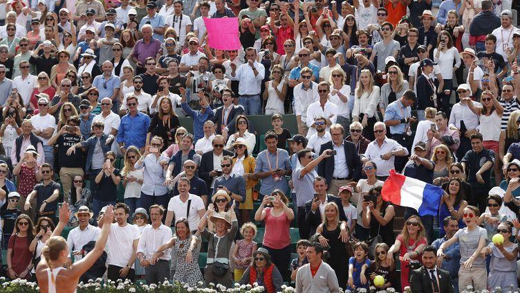 La Française Kristina Mladenovic, à gauche, salue le public après avoir battu l'Espagnole Garbine Muguruza lors de leur match du quatrième tour de Roland Garros, le 4 juin 2017.  (PETR DAVID JOSEK/AP/SIPA / AP)