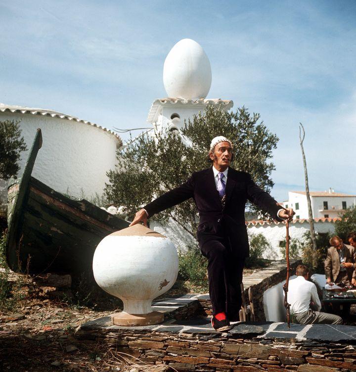 Salvador Dali en 1968 devant sa maison à Portlligat  (Horst Ossinger/picture-alliance / dpa/MaxPPP)