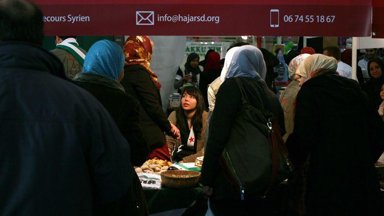 Des femmes voilées dans les allées de la 30e rencontre annuelle des musulmans de France, organisée le 30 mars 2013 au Bourget (Seine-Saint-Denis). (ROMAIN CHAMPALAUNE / SIPA)