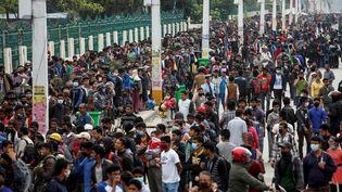 A Katmandou (Népal), des échauffourées ont éclaté entre la foule et les autorités lorsque les survivants ont perdu patience devant l'absence de ces bus. (DANISH SIDDIQUI / REUTERS)