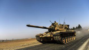 Un char turc à la frontière syrienne, le 24 août 2016. (BULENT KILIC / AFP)