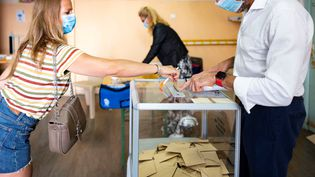 Une femme vote lors du second tour des élections municipales à Nice, le 28 juin 2020. (ARIE BOTBOL / HANS LUCAS / AFP)
