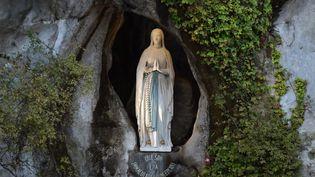 Statue de la vierge Marie, dans la grotte de Massabielle, à Lourdes. (PASCAL PAVANI / AFP)