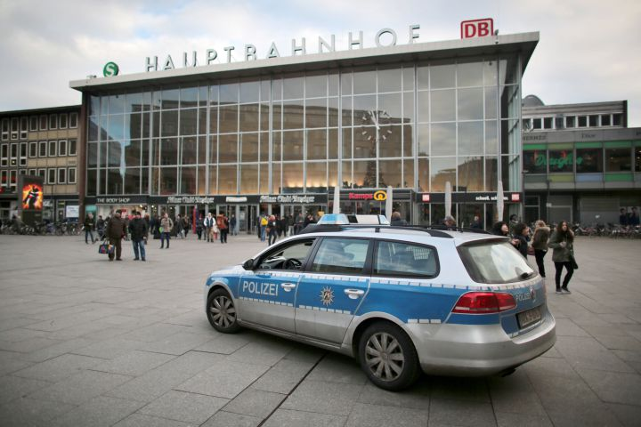Une voiture de police devant la gare ferroviaire de Cologne (Allemagne), le 5 janvier 2016. (OLIVER BERG / DPA / AFP)