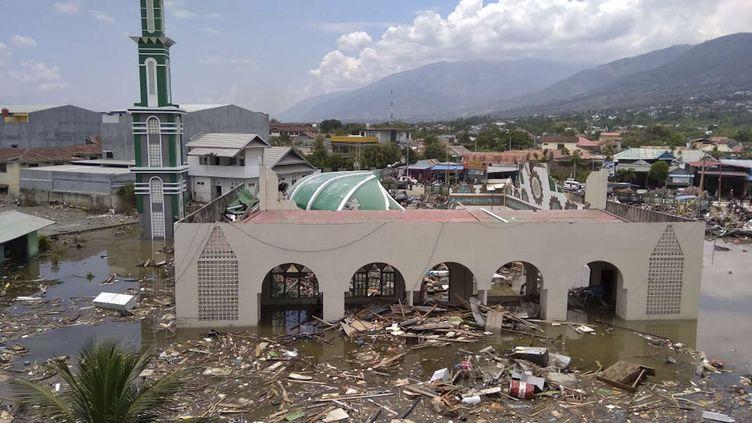 Une vague de 1,5 mètre a déferlé sur la côte après le séisme, emportant les bâtiments de Palu (Indonésie). La coupole de cette mosquée s'est effondrée après le tsunami. (RIFKI / AP /  SIPA)