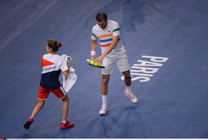 Une ramasseuse de balles donne sa serviette à Julien Benneteau (D), au tournoi de Bercy, à Paris, le 29 octobre 2012. (REAU ALEXIS / SIPA)