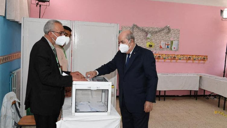Le président algérien Abdel-Madjid Tebboune vote à Alger le 12 juin 2021 lors des élections législatives anticipées. (PRESIDENCY OF ALGERIA / HANDOUT / ANADOLU AGENCY)