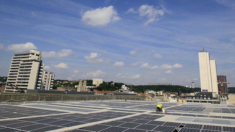 (Des panneaux photovoltaiques installés sur le toit du palais des congrès de Nancy © MaxPPP)
