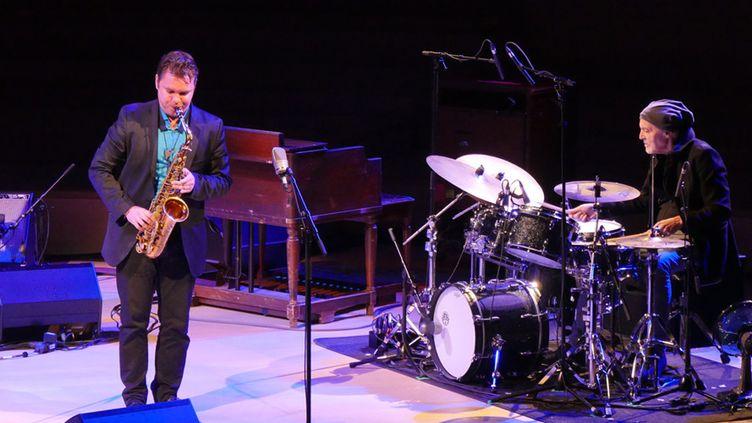 Baptiste Herbin, lauréat du Prix Django Reinhardt 2018 de l'Académie du Jazz, joue en compagnie du batteur Aldo Romano, également présent pour rendre hommage un peu plus tard à Michel Petrucciani, le 9 février 2019 à la Seine Musicale  (Annie Yanbékian / Culturebox)