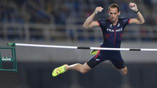 Le perchiste français Renaud Lavillenie lors de la finale du saut à la perche aux JO de Rio le 15 août 2016 (FABRICE COFFRINI / AFP)