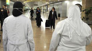 Des employés des services égyptiens à l'aéroport international du Caire (Egypte), le 1er février 2020. (AFP)