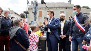 Emmanuel Macron lors d'une visite à Sainte-Marie-de-Campan, pour assister au Tour de France, le 15 juillet 2021. Photo d'illustration. (LUDOVIC MARIN / AFP)