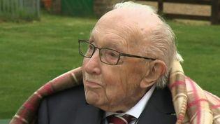 Un héros britannique est décédé mardi 2 février : SirTom Moore, un centenaire qui avait récolté 37 millions d'euros pour le personnel soignant lors du premier confinement, est mort du coronavirus. Le Royaume-Uni est en deuil. (France 2)