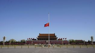 Le drapeau chinois est mis en berne sur la place Tian'anmen, à Pékin, à la mémoire des victimes du coronavirus, samedi 4 avril 2020. (XING GUANGLI / XINHUA / AFP)