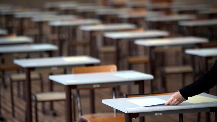 Distribution de copies lors d'une épreuve du baccalauréat, dans un lycée parisien, juin 2011. (MARTIN BUREAU / AFP)